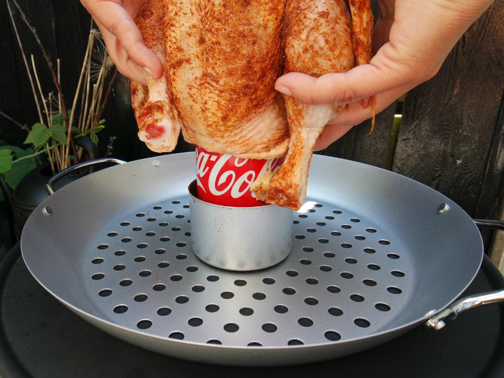 Cola kip op de schaal zetten