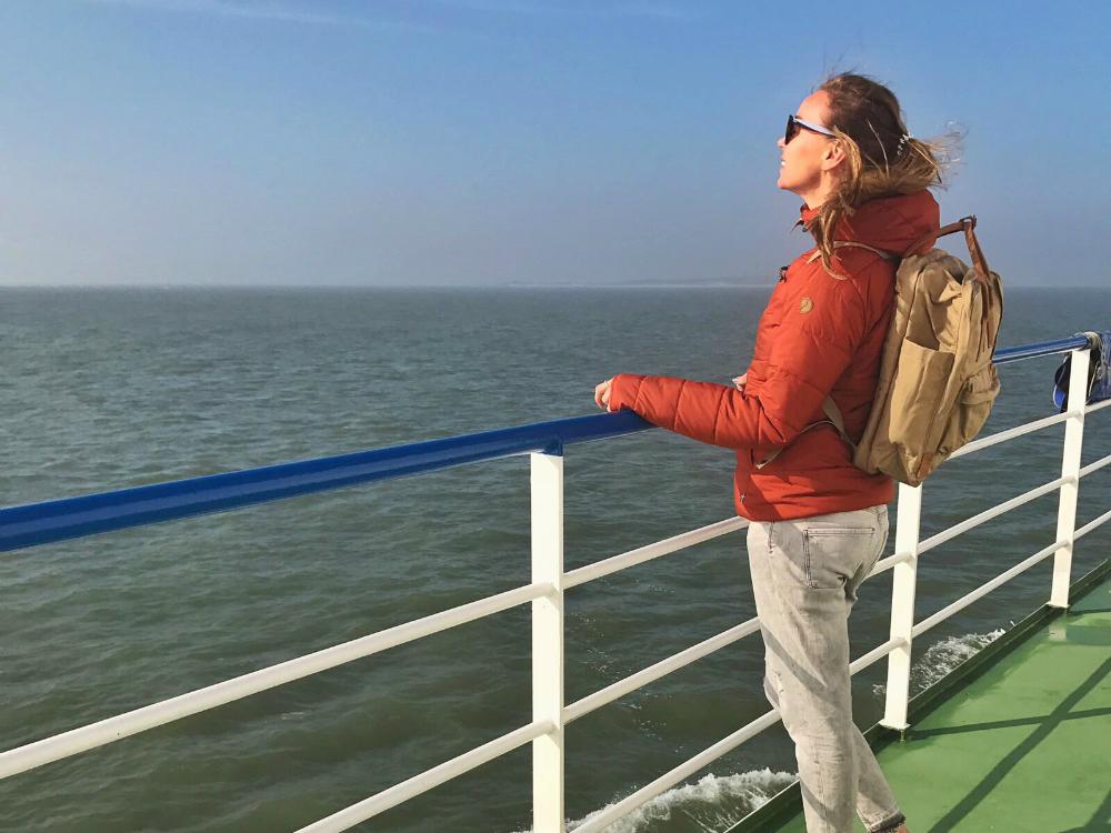Bonnie op de boot naar Vlieland