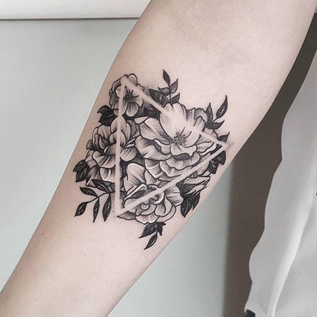 bloemen driehoek tattoo