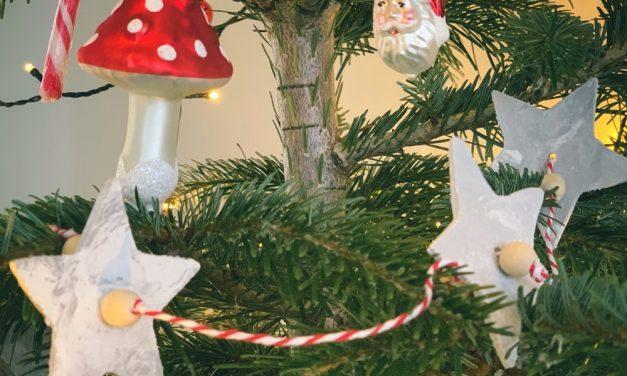Zelf een kerstslinger maken met witte klei