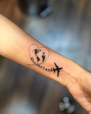 wereldkaart tattoo met vliegtuigje