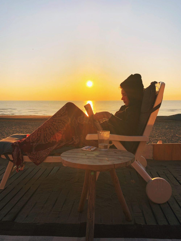 lezen bij het strandhuisje