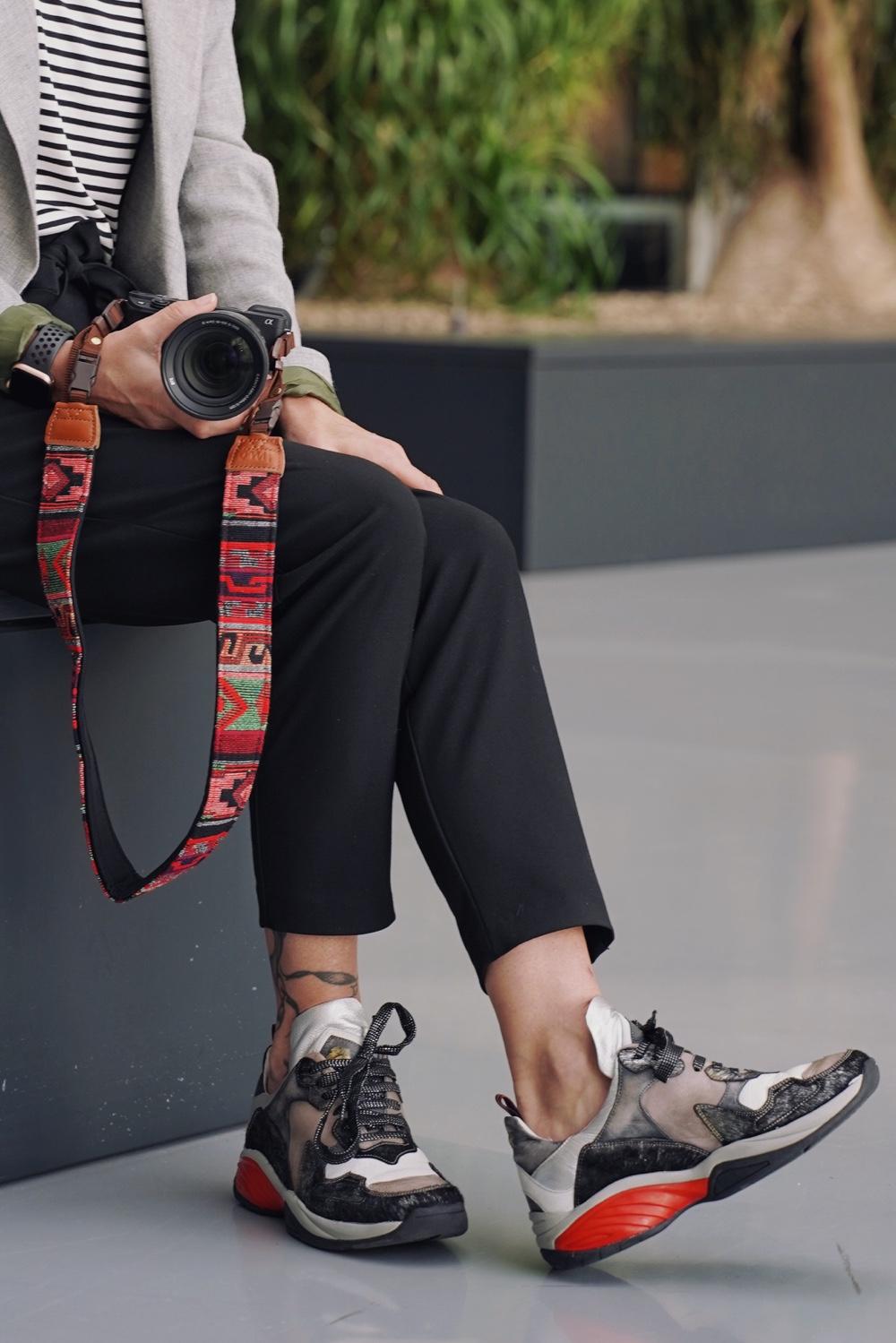 sneakers onder een zakelijke outfit