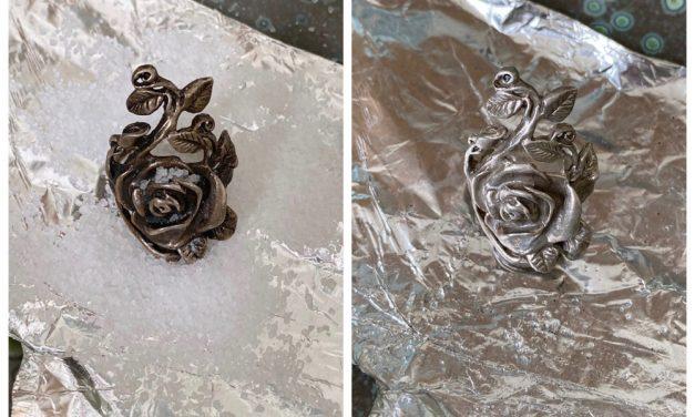 Supersimpel trucje om zilveren sieraden glimmend te maken